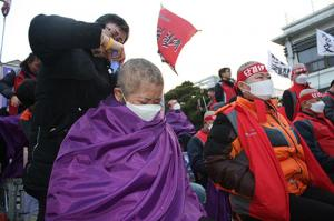 Press Conference and Head Shaving for the Cleaning Workers of Dongguk University Have Been Held